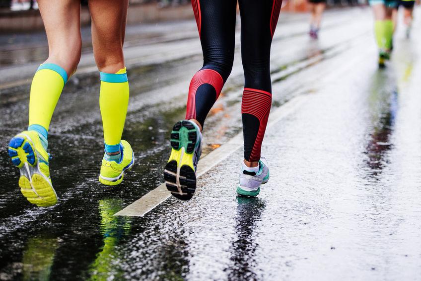 voeten twee meisjes atleten lopen