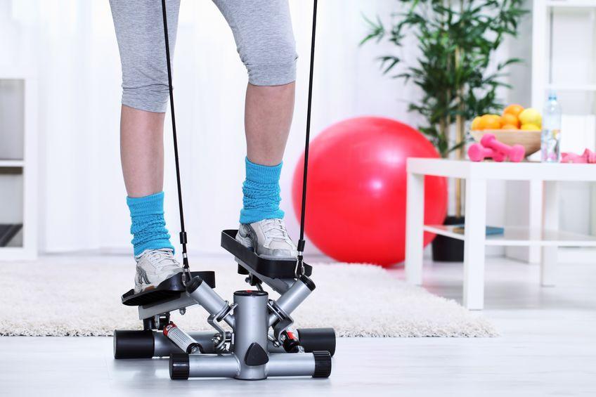 vrouwelijke benen op stepper trainer, oefenen