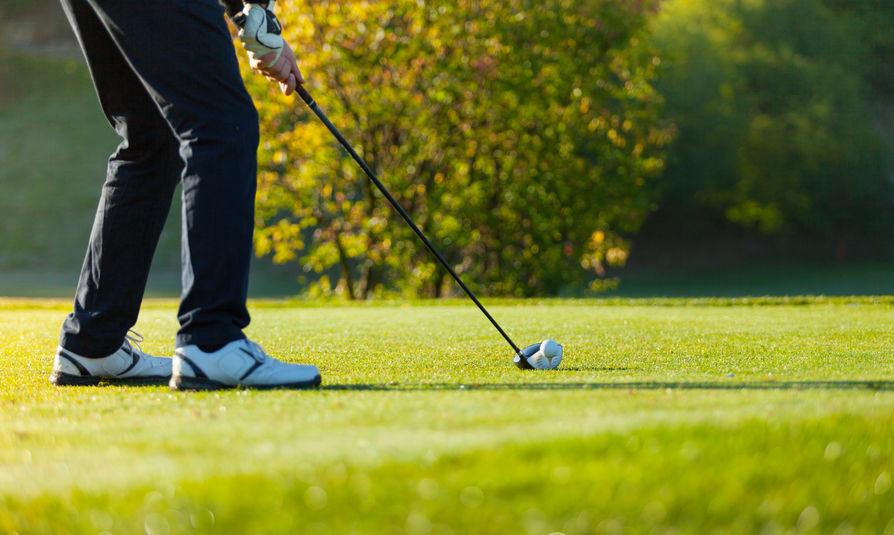 Close-up van man golfen op groene cursus
