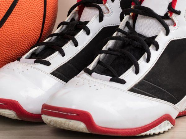 basketbalschoenen naast een basketbal