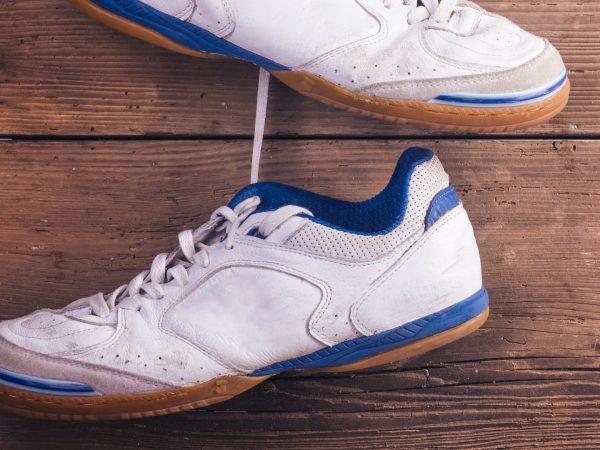 futsal schoenen hangen in de kleedkamer