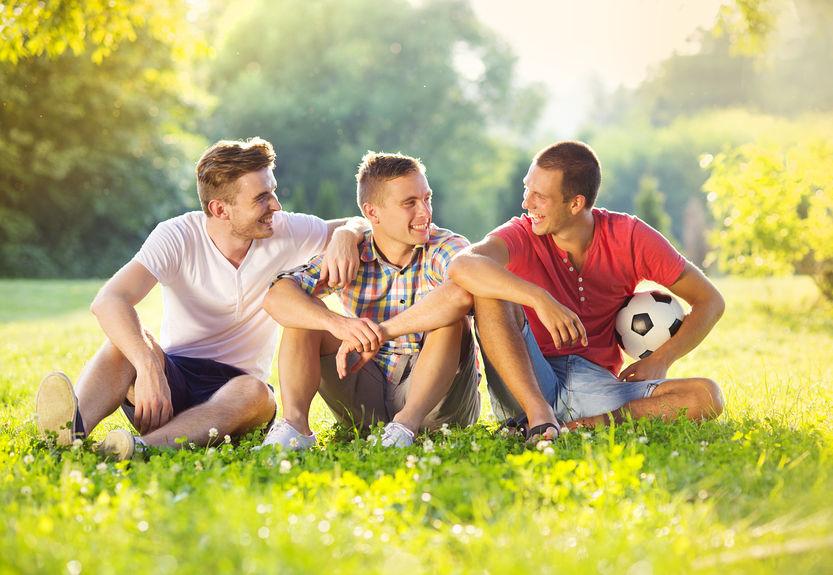 vrienden rusten op gras