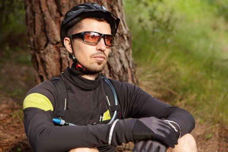 jongen rusten van fietstocht