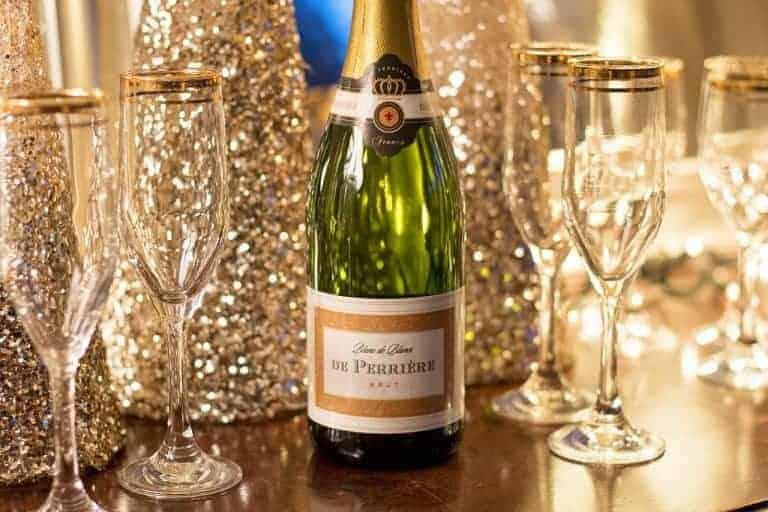 Flasche Champagner mit mehreren Gläsern