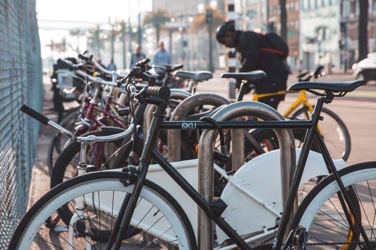 Reihe von Fahrrädern an Ständer gekettet