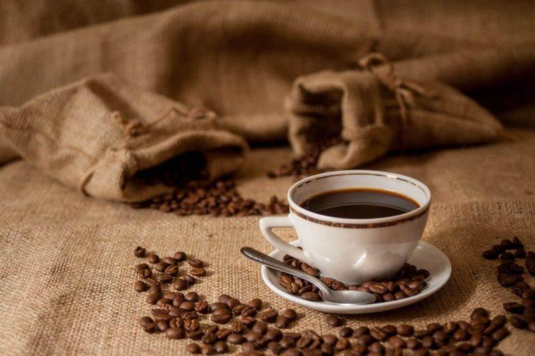 Kaffeetasse, Kaffeebohnen auf Jute