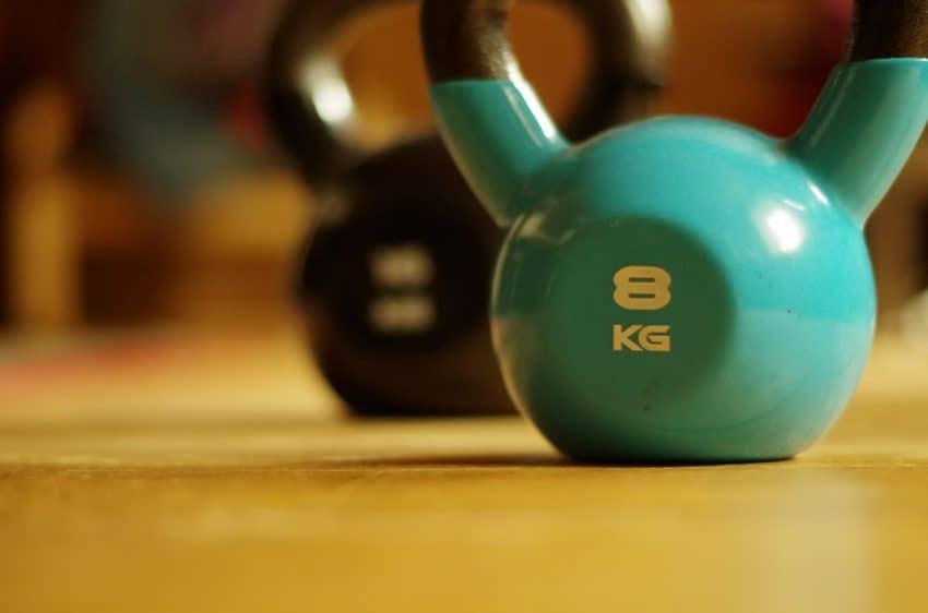 Imagem de kettlebell de 8kg em destaque.