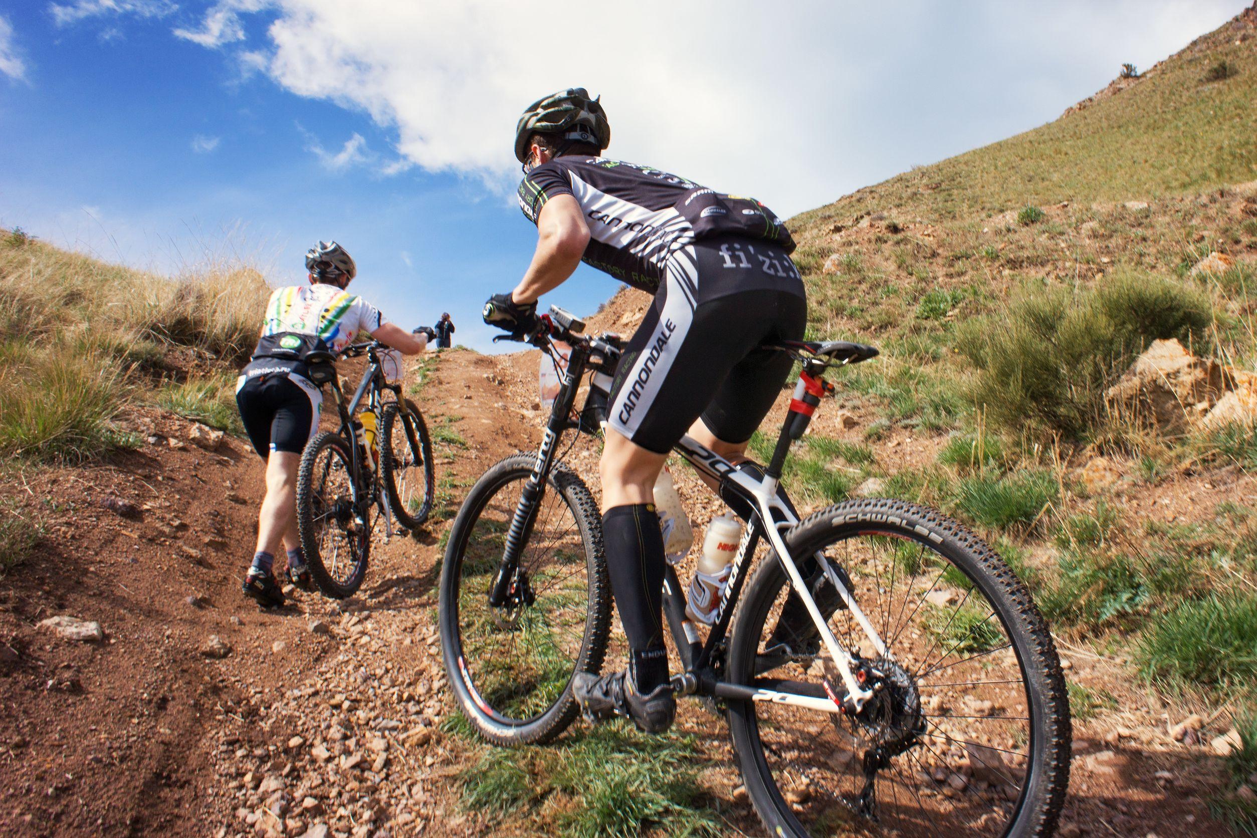 ciclistas com roupas de ciclismo