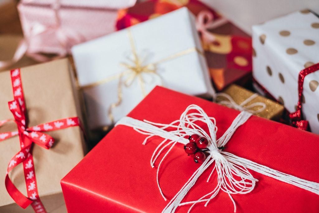 Imagem mostra um amontoado de caixas de presente, com a primeira caixa do quadro no foco seletivo.